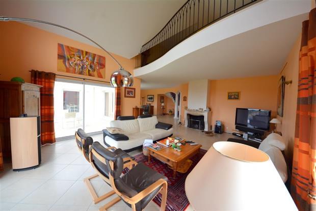 vente maison mauves sur loire beaux volumes et. Black Bedroom Furniture Sets. Home Design Ideas